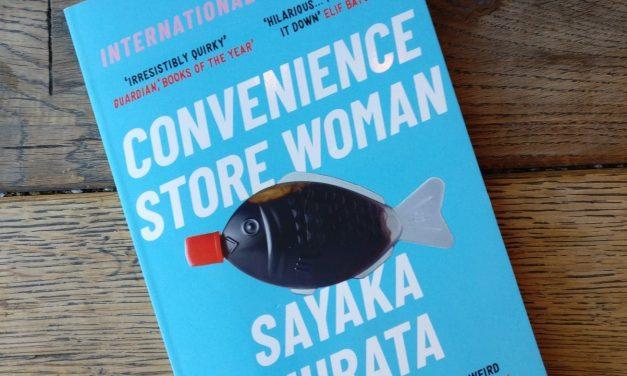 Japansk roman om butiksarbetare som bryter normen